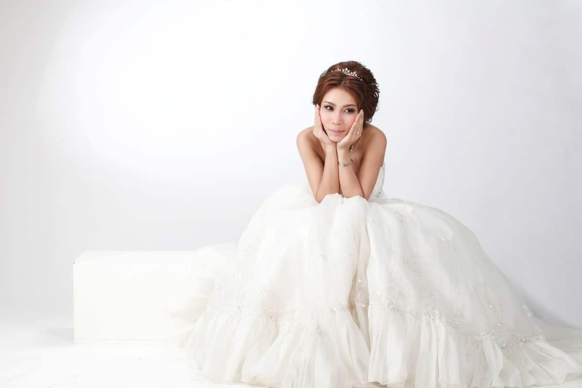 Mariée réfléchissant à quels accessoires porter sur sa robe