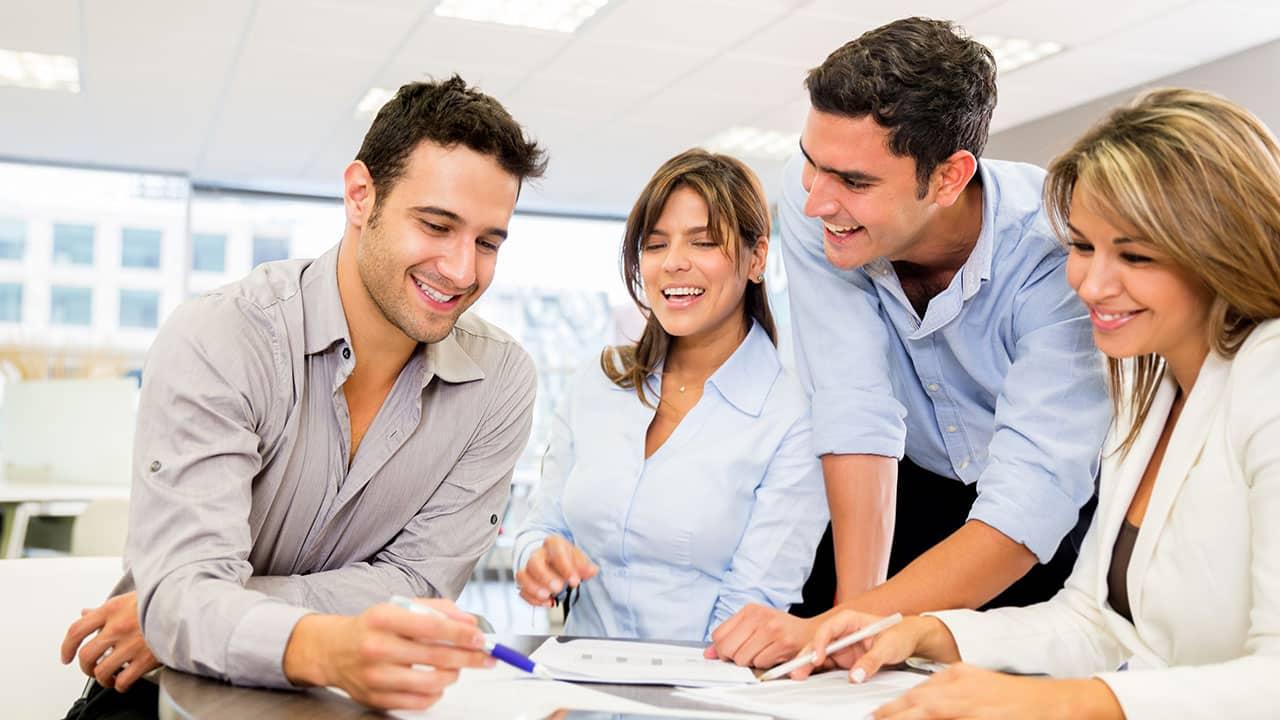 Des travailleurs heureux en entreprise
