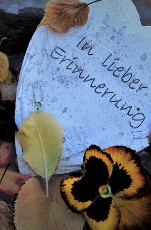 Deuil : la personnalisation de la pierre tombale en guise d'hommage
